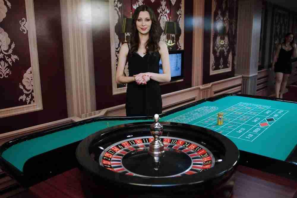 Ruletti on peli jonka jokainen tuntee. Joka nettikasino ja pikakasino omaa livekasino pöydät ja joka kasino tarvitsee monta ruletti pöytää.